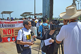 Conrado Olivera, director of Joining Hands Network Peru, speaks to the press. Courtesy of Jed Koball